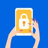 Women& x27; schermo della serratura dello Smart Phone della tenuta della mano di s Fotografia Stock Libera da Diritti
