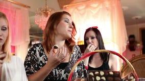 Womena hermoso que come las almendras garapiñadas del chocolate metrajes