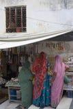 Womenat der Markt in Indien Stockfotos