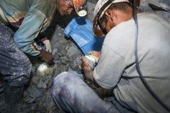 Womijnwerkers die zilver in de zilveren mijn van Cerro Rico in Potosi, Bolivië zoeken Royalty-vrije Stock Afbeelding