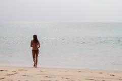 Womman marchant par la plage Vacances sur le rivage image stock