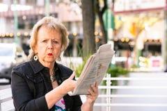 Womn trastornado que reacciona al artículo periodístico foto de archivo libre de regalías