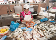 Womna cleaning i sprzedawanie ryba Obrazy Royalty Free