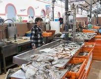 Womna cleaning i sprzedawanie ryba Zdjęcia Royalty Free