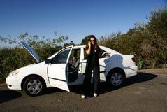 Womon auf Handy, gebrochenes Auto Lizenzfreies Stockbild
