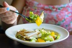 Wonam mange de la salade grecque dans la fin de restaurant  images libres de droits