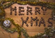 """Wondeful scena z wakacyjnym tematem z wpisowym """"Merry Xmas† tworzył od dokrętek Obrazy Royalty Free"""