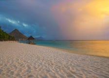 Wondeful-Strand bei Sonnenuntergang in Mauritius Lizenzfreie Stockfotos