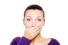 Wonder de vrouw sluit haar mond door hand Royalty-vrije Stock Fotografie
