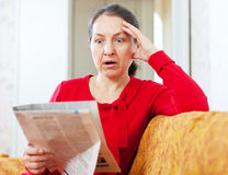 Wonder grief  woman with newspaper Royalty Free Stock Photography