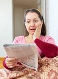 Wonder rijpe vrouw met krant Royalty-vrije Stock Afbeelding