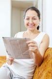 Wonder rijpe vrouw met krant Royalty-vrije Stock Foto
