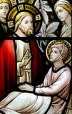 Wonder van Jesus: het genezen van een zieke mens in gebrandschilderd glas Royalty-vrije Stock Fotografie