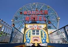 Wonder Wiel bij het pretpark van Coney Island Stock Afbeeldingen