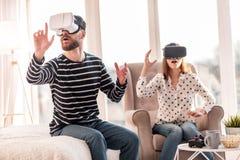Wondered a fasciné l'homme voyageant par le monde de VR Image stock