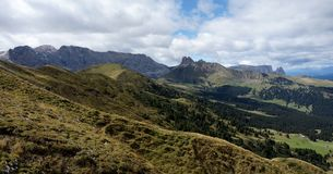 Wonderful panoramic view of alp de siusi with distinctiv dolomite mountain peaks Stock Photos
