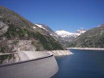 Wonderfull bergbygd med den stora fördämningen i Österrike i Juli Fotografering för Bildbyråer