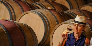 Wonen-Probierenwein in einem Keller Stockfotos