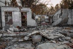 Woning in brand wordt vernietigd die Royalty-vrije Stock Foto's