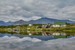 Woning van meteorologen op eiland Bezinning in water Het meer van Jack London kolyma stock foto