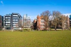 Woningbouw die een Mooi Park en een Blauwe Hemel onder ogen zien stock afbeeldingen