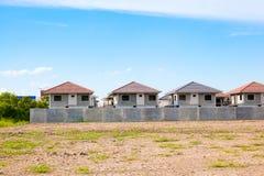 Woningbouw en Bouwwerf lopend dorp, waitin Stock Afbeelding