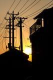 Woningbouw en telegraafpolen in silhouet, Suzhou, stock foto's