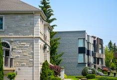 Woningbouw met balkons en het huis in de stad Royalty-vrije Stock Afbeeldingen