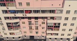 Woningbouw met oude verf en nieuwe verf, die thuis schilderen Luchthommelvlucht stock video
