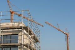 Woningbouw met twee torenkranen stock foto