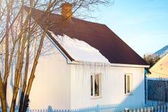Woningbouw op een de winterdag, wat sneeuw op het dak in de zon, horizontaal schot royalty-vrije stock foto