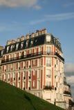 Woningbouw op Montmartre dichtbij Basiliek van het Heilige Hart van Parijs Stock Afbeeldingen
