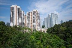 Woningbouw in Singapore, onder groene parken stock afbeeldingen