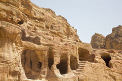 Woningen die in de rotsen, Petra, Jordanië worden gesneden Royalty-vrije Stock Afbeelding
