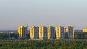 Woningsdistrict met gebouwen op verscheidene niveaus in avond stock footage