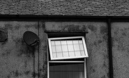 Wonky fönster på ett terrasshus i derbyshire Arkivbilder
