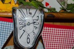 Wonky klok op een Kerstmis als thema gehade achtergrond Royalty-vrije Stock Foto's
