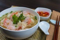 Wonton de crevette avec du porc braisé en soupe sur la table en bois Photographie stock libre de droits