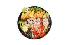 Wonton de Crisy y bola de carne en sopa china de la col rizada fotos de archivo libres de regalías