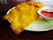 Wonton friável fritado no prato branco com molho Fotos de Stock Royalty Free