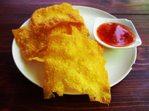 Wonton friável fritado no prato branco com molho Fotografia de Stock