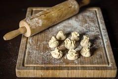 Wonton oder chinesische Mehlkloßvorbereitung lizenzfreie stockbilder