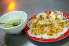 Wonton ou crêpes de farine de riz avec les arachides et la sauce Photos libres de droits