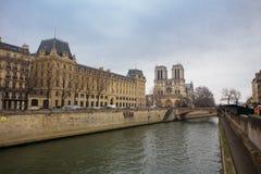 Wonton rzeka i Notre paniusia katedra w Paryż Fotografia Royalty Free