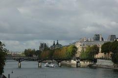 Wonton rzeka, Pont des sztuk most - Paryż, Francja zdjęcie stock