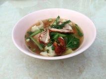 Wontonsoppa och grillat rött griskött med den gröna grönsaken i pet fotografering för bildbyråer