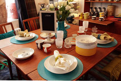 Wood äta middag tabell med den eleganta tabellinställningen Royaltyfri Fotografi
