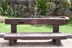 Wood bänk för gammal tappning som göras från järnväg längsgående stödbjälke Royaltyfri Bild