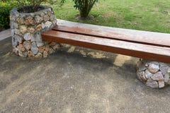 Wood bänk med stenen Royaltyfri Fotografi