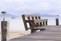 Wood bänk på bropir på havet Royaltyfri Bild